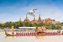 Den dekorerade pråm ståtar förbi den storslagna slotten på Chao Phraya River Arkivfoton
