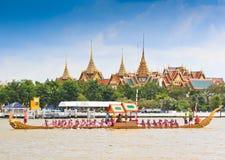 Den dekorerade pråm ståtar förbi den storslagna slotten på Chao Phraya River Royaltyfri Foto