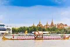 Den dekorerade pråm ståtar förbi den storslagna slotten på Chao Phraya River Royaltyfri Fotografi