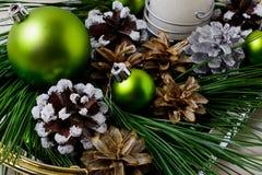 Den dekorerade prydnaden och snöig för julgräsplan sörjer kottar Royaltyfria Bilder