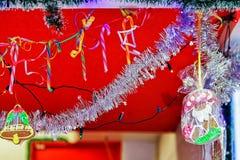 Den dekorerade stallen och små pepparkakor på Riga jul marknadsför Arkivbild
