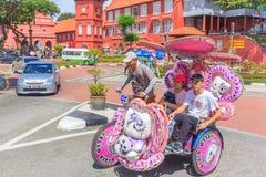 Den dekorerade trishawparkeringen i holländarefyrkanten, Malacca Royaltyfri Fotografi