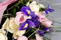 Den delikata härliga buketten av irins, rosor och annan blommar in Fotografering för Bildbyråer