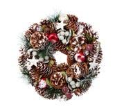Den delikata julkransen av sörjer kottar Arkivbilder