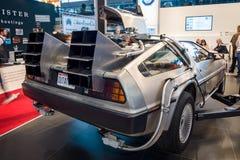 Den DeLorean tidmaskinen tillbaka till den framtida koncessionen som baseras på en DeLorean DMC-12 sportbil Royaltyfri Bild