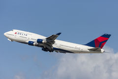 Den Delta Air Lines Boeing 747 jumbon - spruta ut att ta av från Los Angeles den internationella flygplatsen Arkivbild