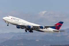 Den Delta Air Lines Boeing 747 jumbon - spruta ut att ta av från Los Angeles den internationella flygplatsen Fotografering för Bildbyråer