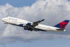 Den Delta Air Lines Boeing 747 jumbon - spruta ut att ta av från Los Angeles den internationella flygplatsen Royaltyfri Foto