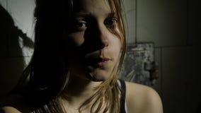 Den deprimerade tonåringen är ledsen och skyldig kvinna för closeupframsidastående 4k UHD lager videofilmer