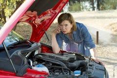 Den desperata förvirrade kvinnan strandade med bruten olycka för krasch för bilmotor som kallar på mobiltelefonen Arkivfoto