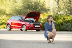Den desperata förvirrade kvinnan strandade med bruten olycka för krasch för bilmotor som kallar på mobiltelefonen Royaltyfria Bilder