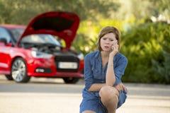 Den desperata förvirrade kvinnan strandade med bruten olycka för krasch för bilmotor som kallar på mobiltelefonen Arkivbilder