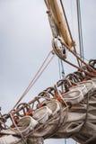 Den detaljerade closeupen av mastriggning seglar på fartyget Arkivfoton