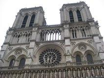 Den detaljerade entrancewayen av den Cathédrale Notre-Dame de Paris, Paris royaltyfria foton