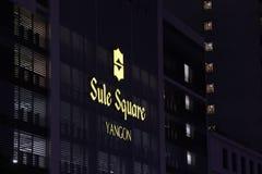 Den Dicut för ljus ask stilen av Sule Square Mall & kontoret på byggnaden på nattetid som lokaliseras i i stadens centrum Yangon royaltyfria bilder
