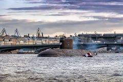 Den diesel- ubåten Kolpino på vägarna i mitt av den Neva floden mitt emot engelsk invallning i St Petersburg Arkivfoton