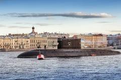 Den diesel- ubåten Kolpino på vägarna i mitt av den Neva floden mitt emot engelsk invallning i St Petersburg Arkivbild