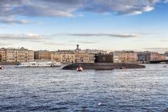Den diesel- ubåten Kolpino på vägarna i mitt av den Neva floden mitt emot engelsk invallning i St Petersburg Royaltyfri Bild