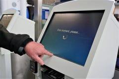 Den Digital flygplatsen kontrollerar in kiosket arkivfoto