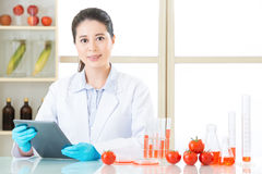Den Digital minnestavlan är det mycket viktiga hjälpmedlet för gmo-matforskning Arkivfoton