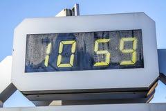 Den Digitala klockan visar 10:59 Arkivbild