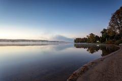 Den dimmiga morgonen i den provinsiella sjön av Algonquin parkerar, Ontario, Kanada Arkivbilder