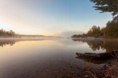 Den dimmiga morgonen i den provinsiella sjön av Algonquin parkerar, Ontario, Kanada Royaltyfri Fotografi