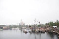 Den Disney slotten och piratkopierar av det karibiskt i Disneyland parkerar i Shanghai arkivfoton