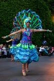 Den Disneyland fantasin ståtar dansare i påfågeldräkt royaltyfri foto