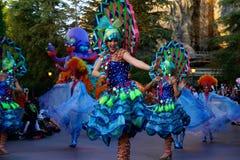 Den Disneyland fantasin ståtar dansare i påfågeldräkt arkivbild