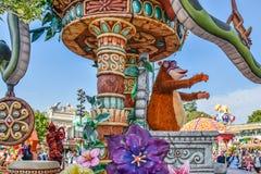 Den Disneyland strömförsörjningen ståtar med animering av tecken royaltyfri fotografi