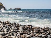 Den djupa fjärden av stranden över havet med vaggar royaltyfri fotografi