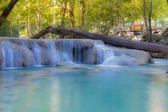Den djupa skogvattenfallet lokaliserar i nationalparken som är västra av Thailand Royaltyfria Bilder