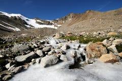 den djupfryst bergfloden vaggar stenar Royaltyfri Fotografi
