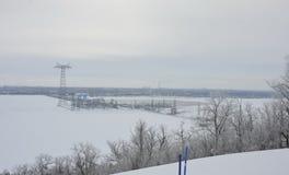 Den djupfrysta floden Volga nära Saratov den hydroelektriska stationen royaltyfri foto