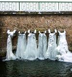 Den djupfrysta konstgjorda vattenfallet Arkivbild