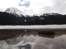 Den djupfrysta svarta sjön i vintertiden Arkivbild