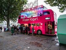 Den djupfrysta yoghurtlastbilen på Southbank går i London Arkivfoton