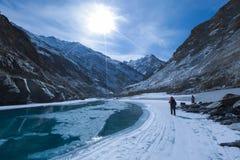 Den djupfrysta Zanskar floden som trekking Royaltyfri Foto