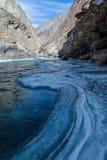 Den djupfrysta Zanskar floden som trekking Arkivfoto