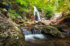 Den Djur-djur vattenfallet lokaliseras på den Ulu-Uzen floden i Crimen Royaltyfria Bilder