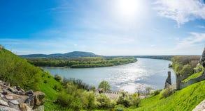 Den Donau- och Morava floden tillsammans nära den Devin slotten, Slovakien Sommarväder, blå himmel Royaltyfria Foton
