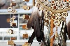 Den dröm- stopparen med fjädrar dragar och pryder med pärlor att hänga för rep Handgjorda Dreamcatcher Royaltyfri Bild