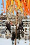 Den dröm- stopparen med fjädrar dragar och pryder med pärlor att hänga för rep Handgjorda Dreamcatcher Arkivbilder
