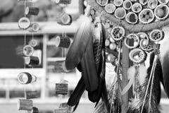 Den dröm- stopparen med fjädrar dragar och pryder med pärlor att hänga för rep Handgjorda Dreamcatcher Fotografering för Bildbyråer