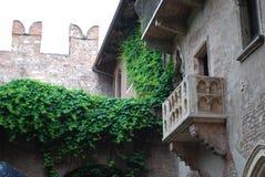 Den drömlika framtidsutsikten av Juliets balkong, Verona, Italien arkivfoton