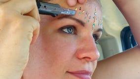 Den drömlika härliga unga kvinnan klibbar att blänka stenar för festivalen med skärarebergkristallerna arkivbilder