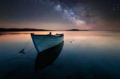 Den drömlika klippan, under galaxen Royaltyfri Fotografi