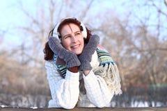 Den drömma flickan i en vinter parkerar utomhus Royaltyfri Foto