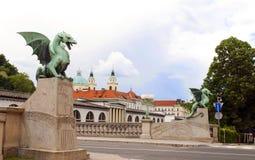 Den Dragon Bridge siktsdomkyrkan St Nicholas på Ljubljanica Rive Arkivfoton